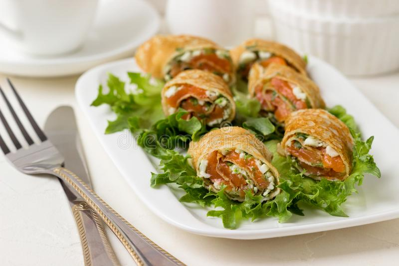 Свежие крены с сыром, красными рыбами и салатом стоковое изображение rf