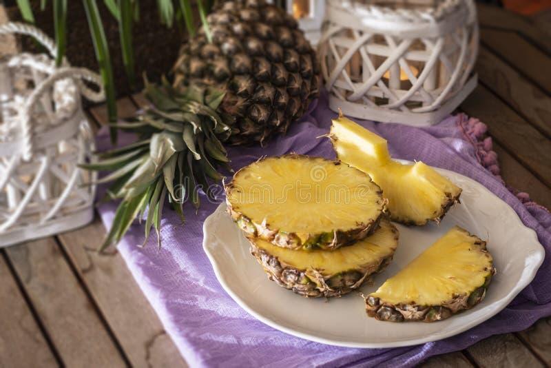 Свежие куски ананаса на белой плите стоковое изображение