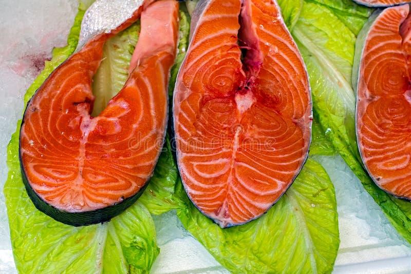 Свежие куски мяса тунца на листьях салата стоковая фотография