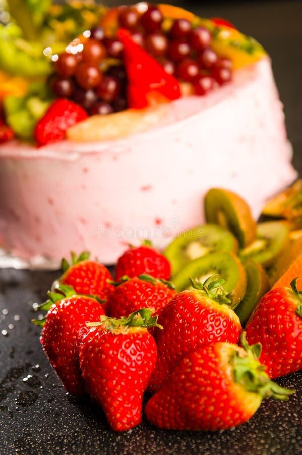 Свежие клубники и кивиы с тортом плодоовощ стоковое фото rf
