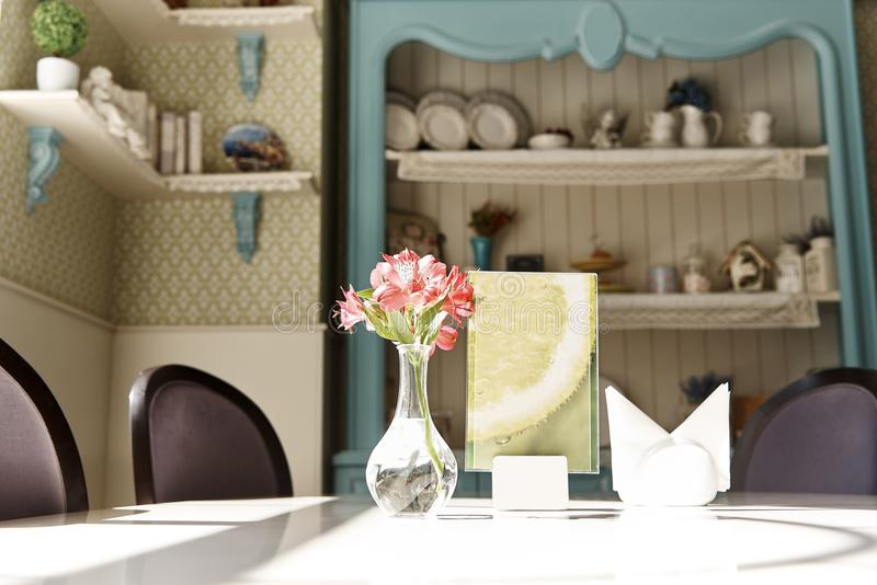Свежие лилии в вазе на белой таблице стоковая фотография
