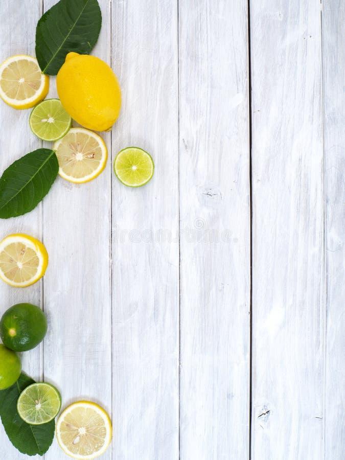 Свежие лимоны на белое деревянном стоковое изображение rf