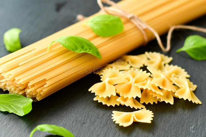 свежие макаронные изделия ингридиентов стоковая фотография rf