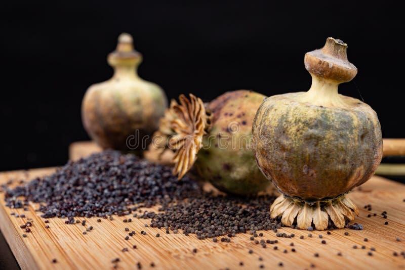 Свежие маковые семенена полили на деревянной доске кухни Различные маковые семенена подготовленные для печениь кухни стоковое фото rf
