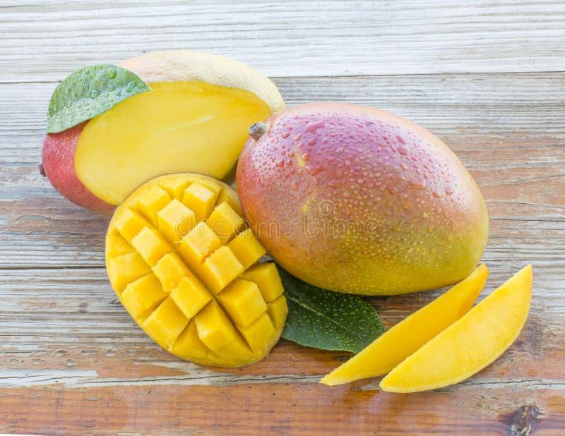 Свежие манго на деревенской предпосылке стоковое изображение rf