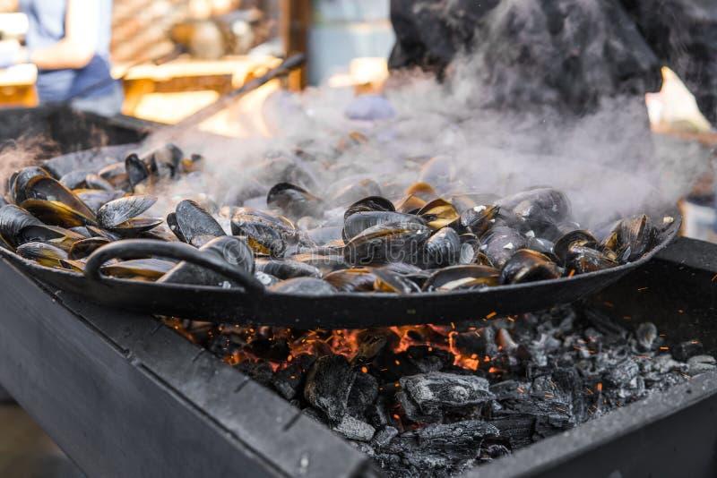 Свежие мидии на лотке гриля Барбекю морепродуктов outdoors Еда пикника здоровая, мидии в раковинах Множество раковин мидии стоковое изображение