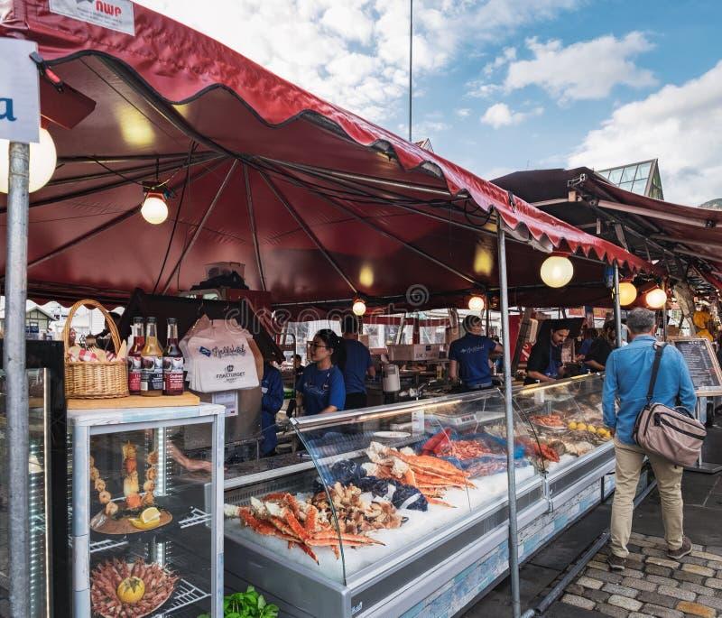 Свежие морепродукты в рыбном базаре Бергена, Норвегии стоковая фотография rf