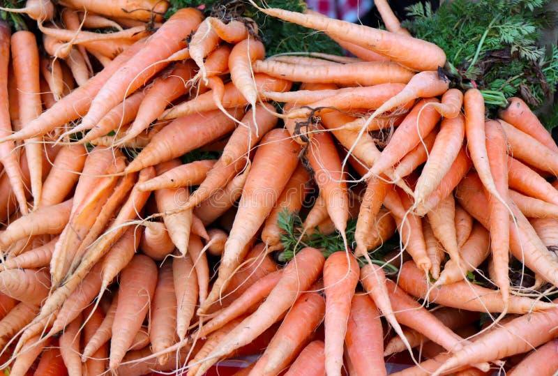 Свежие моркови для продажи на рынке фермера стоковые изображения