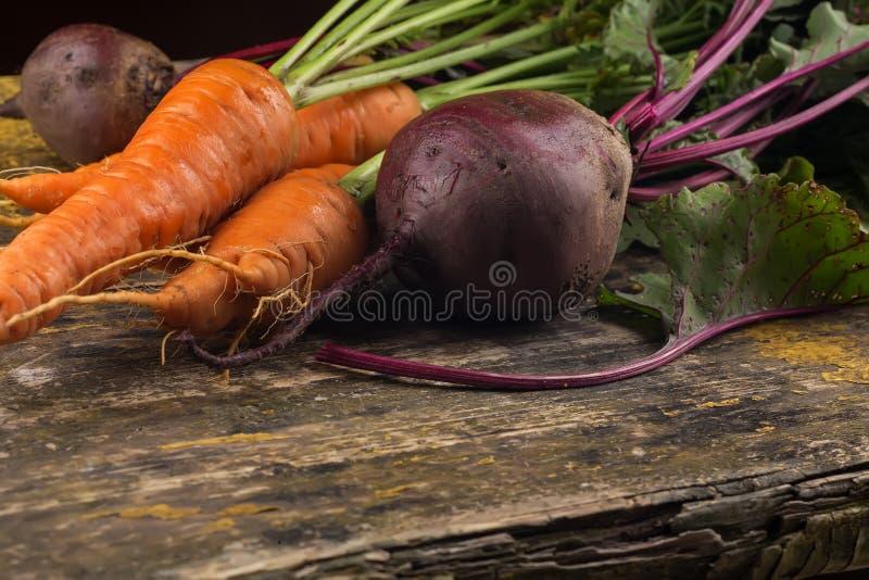 Свежие морковь и бураки на таблице стоковое изображение rf