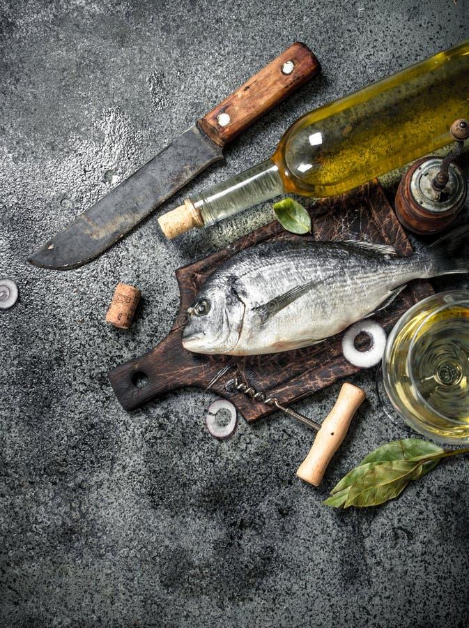 Свежие неподготовленные рыбы Dorado с белым вином стоковое изображение