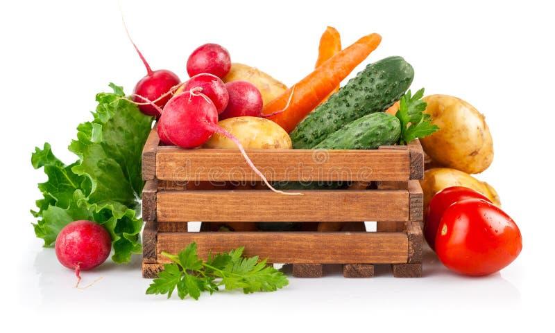 Свежие овощи в деревянной коробке стоковая фотография rf