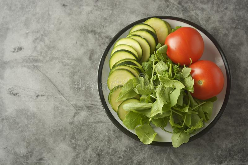 Свежие овощи в плите - смешивание, томаты и zuchinni салата Здоровая концепция еды, теряет вес стоковые изображения rf