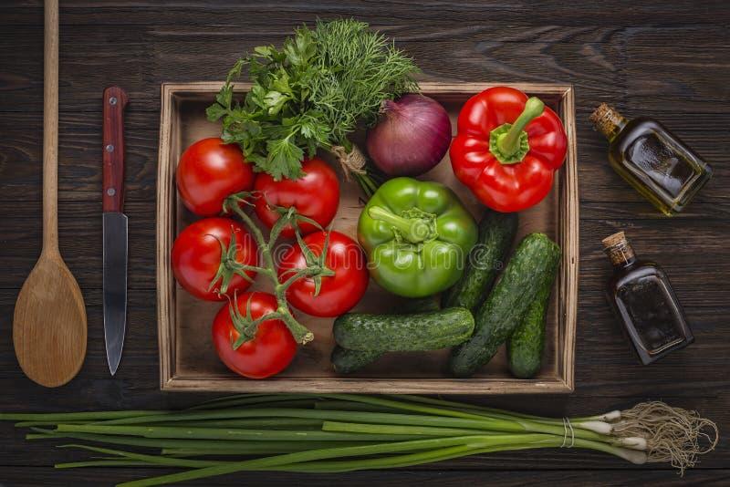 Свежие овощи, деревянная коробка, покрасили деревянный, плод, деревянная предпосылка, мешковина, белая предпосылка, деревянный ст стоковое изображение rf