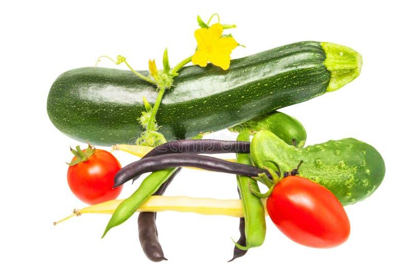 Свежие овощи изолированные на белой предпосылке томаты, cucumbe стоковое фото rf