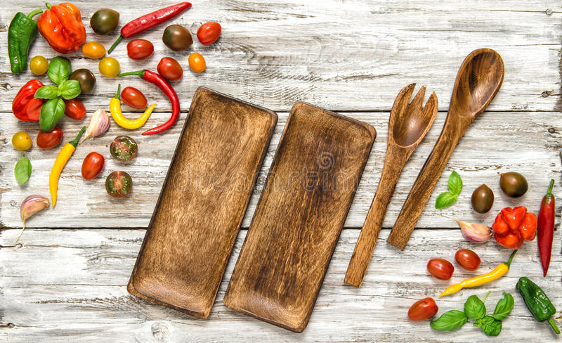 Свежие овощи и винтажные утвари кухни стоковая фотография rf