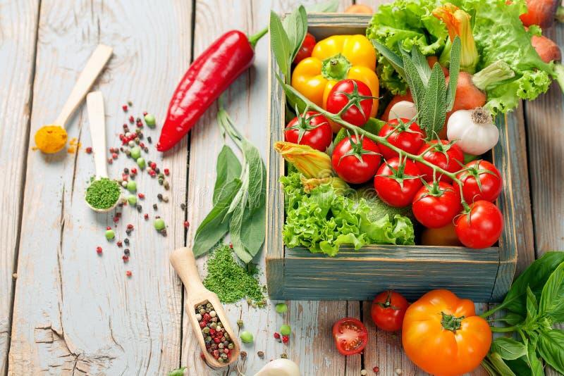Свежие овощи и травы фермы на деревенской предпосылке стоковая фотография