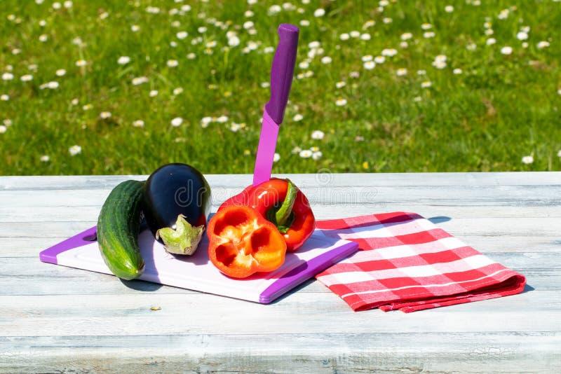 Свежие овощи на деревенском ярком деревянном столе с естественным gree стоковые фото
