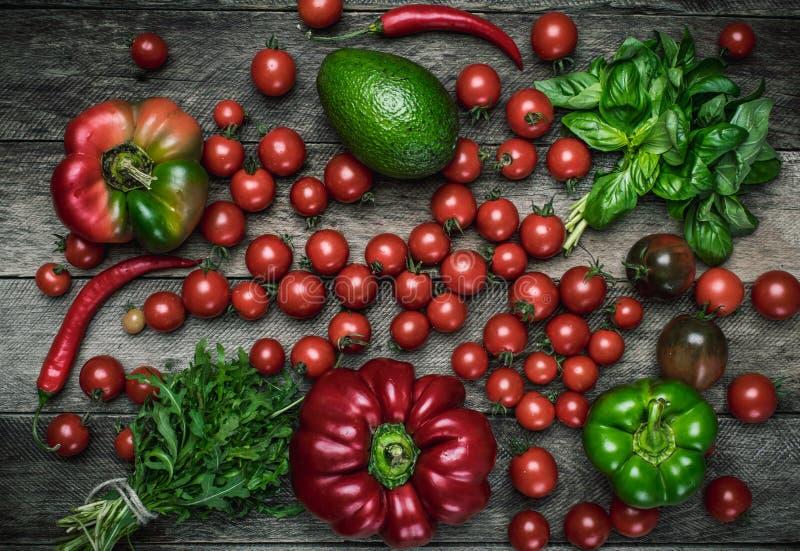Свежие овощи на деревянном столе в деревенском стиле стоковые изображения