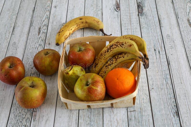 Свежие овощи на деревянном столе стоковые фотографии rf