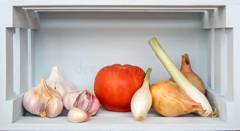 Свежие овощи на деревянной доске стоковое изображение