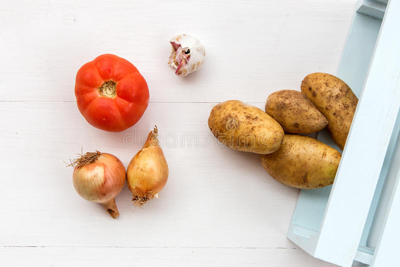 Свежие овощи на деревянной доске стоковая фотография