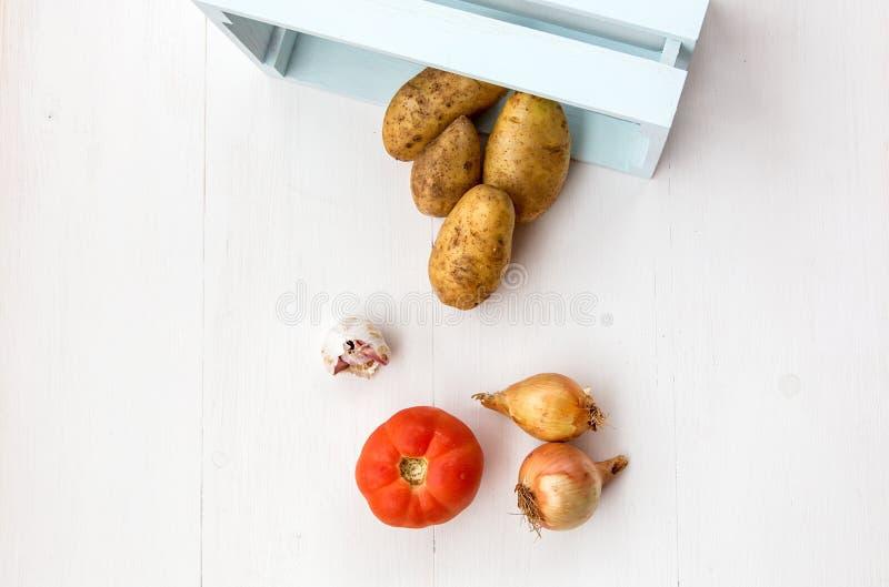 Свежие овощи на деревянной доске стоковое изображение rf
