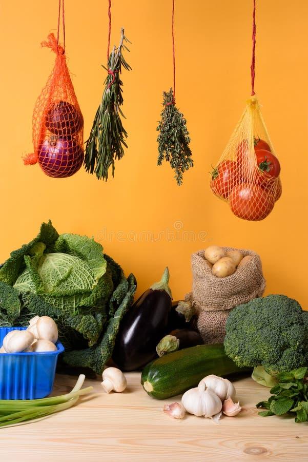 Свежие овощи на деревянной таблице органическое еды здоровое Желтая предпосылка стоковые изображения