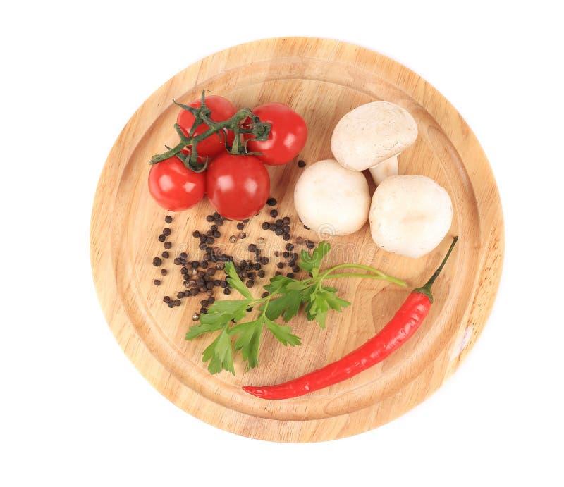 Свежие овощи на деревянном диске. стоковые фото