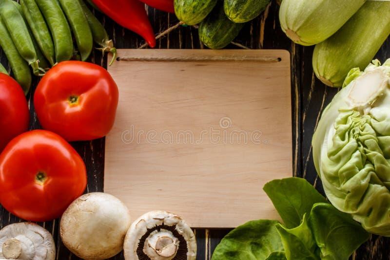 Свежие овощи на коричневой предпосылке с бумагой стоковое изображение