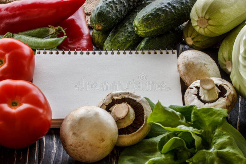 Свежие овощи на коричневой предпосылке с бумагой стоковые изображения rf