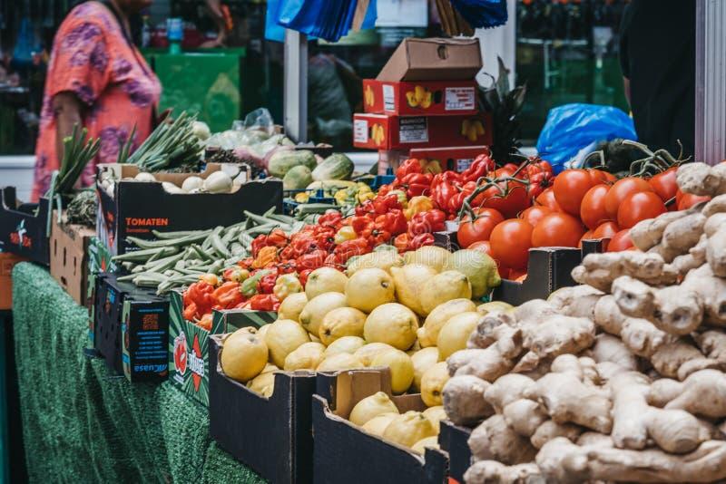 Свежие овощи на продаже в рынке Brixton, южном Лондоне, Великобритании стоковая фотография