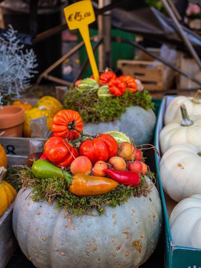 Свежие овощи на счетчике на уличном рынке в Tivoli, Италии стоковые фото