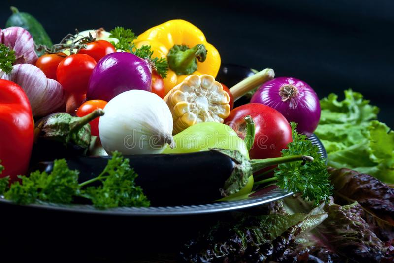 Свежие овощи на черном фоне arkivbilder