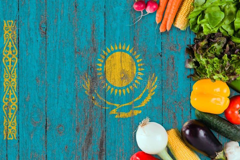 Свежие овощи от Казахстана на таблице Варить концепцию на деревянной предпосылке флага стоковые изображения rf