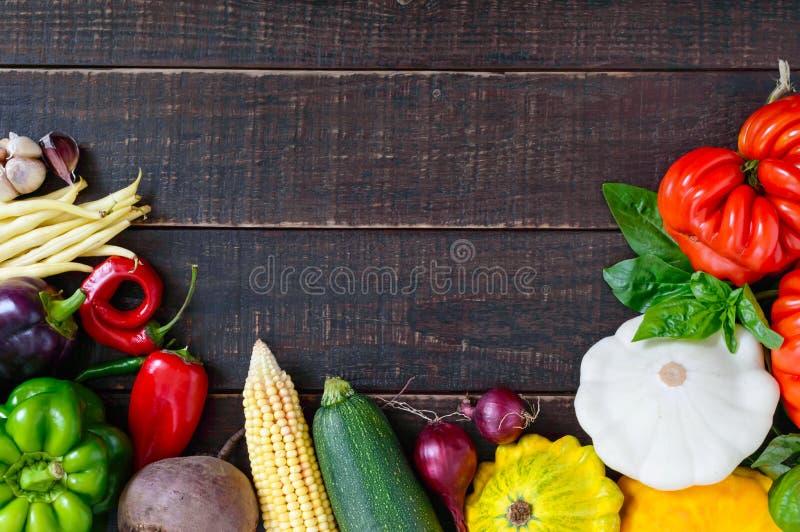 Свежие овощи сжали от сада на темной деревянной предпосылке стоковые фотографии rf