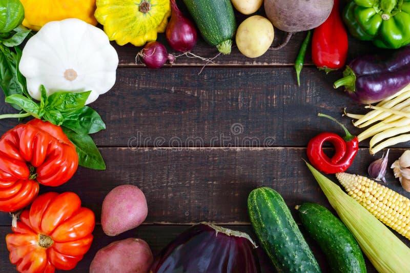 Свежие овощи сжали от сада на темной деревянной предпосылке стоковое изображение rf