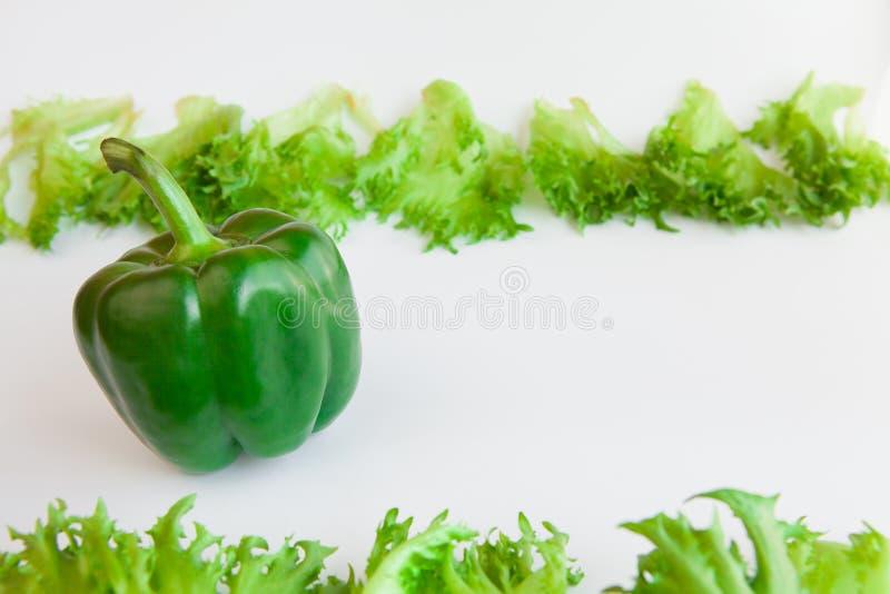 Свежие овощи - сладостные зеленый перец и листья frillis перцы колокола стоковое изображение rf
