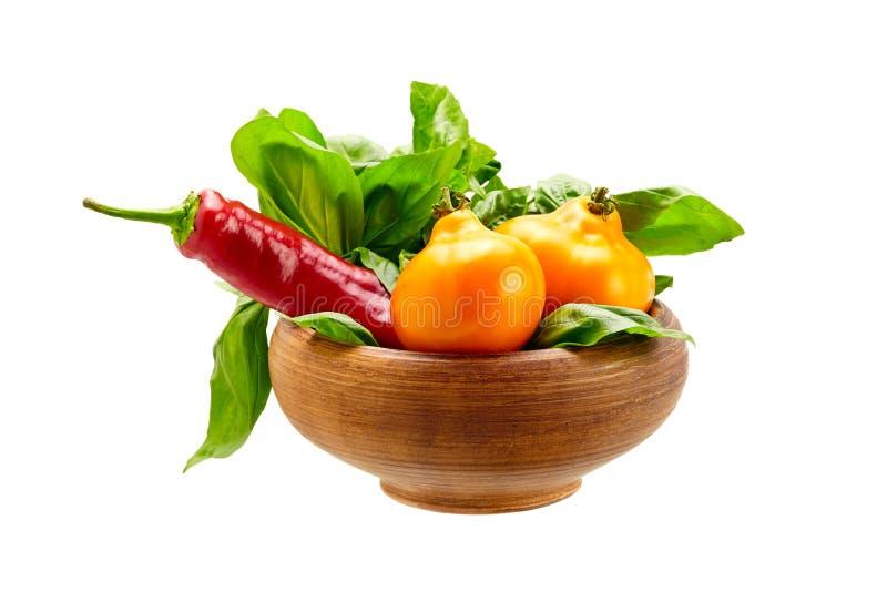 Свежие овощи с листьями в баке агашка изолированном дальше стоковое фото