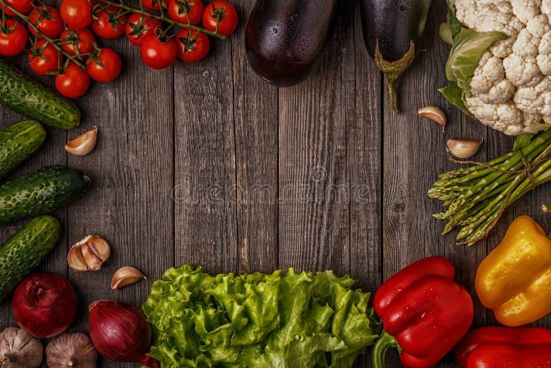 Свежие овощи для варить на темной деревянной предпосылке стоковое фото rf