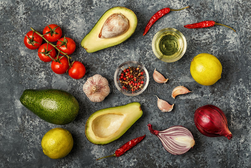 Свежие овощи для варить на темной деревянной предпосылке стоковая фотография