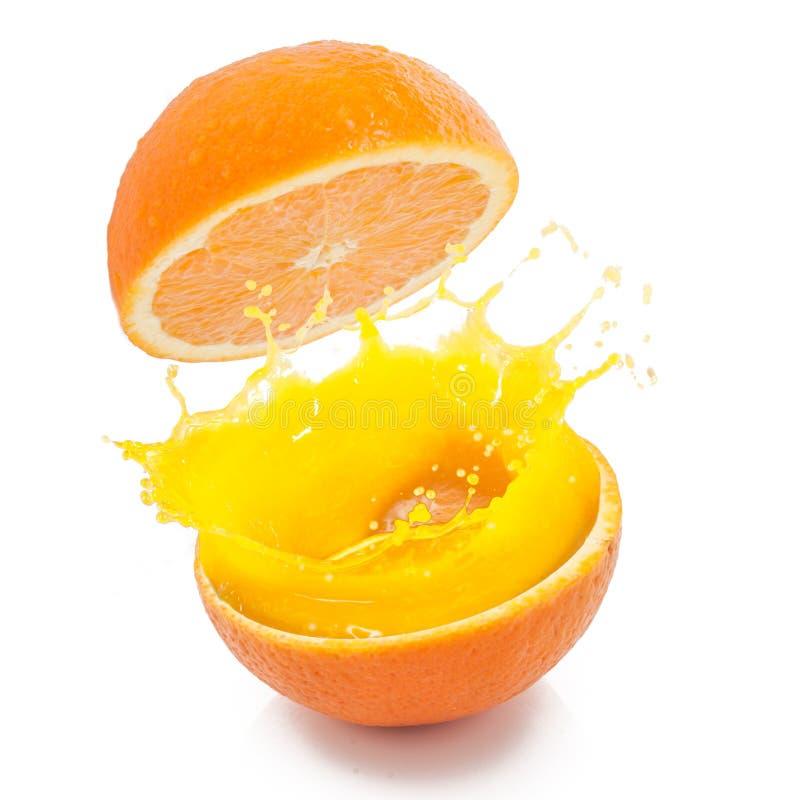 Свежие оранжевые подготавливают для того чтобы выпить стоковое фото