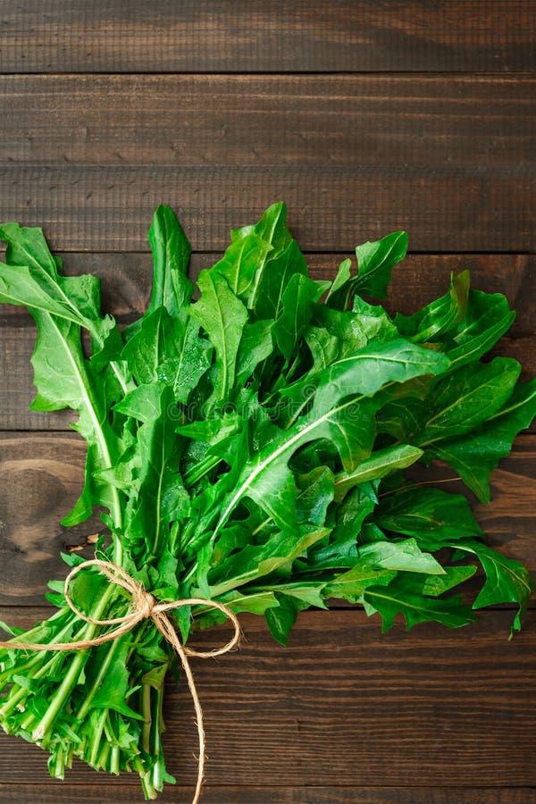 Свежие органические зеленые цвета одуванчика стоковые фото