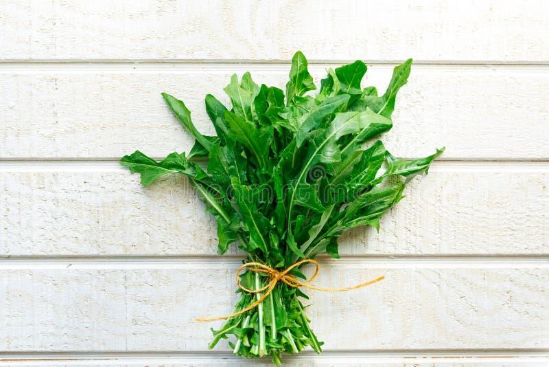 Свежие органические зеленые цвета одуванчика стоковое фото