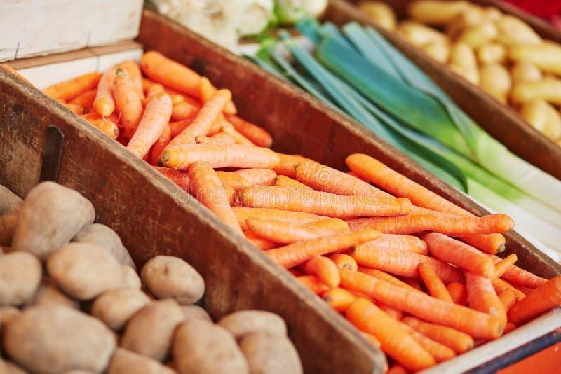 Свежие органические морковь, картошка и лук-порей на рынке фермеров стоковая фотография