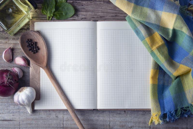 Свежие органические овощи, деревянная предпосылка и бумага для примечаний Раскройте предпосылку тетради и свежих овощей вокруг но стоковая фотография rf