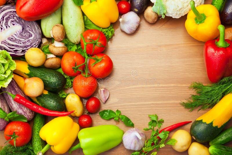 Свежие органические овощи на деревянной таблице/круглый стоковое фото rf