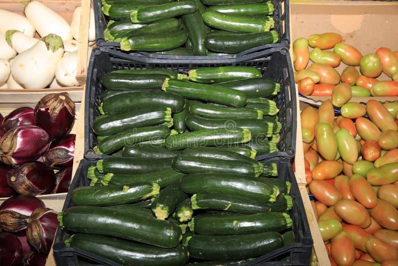 Свежие органические овощи на рынке фермеров в Катании Сицилия стоковые изображения