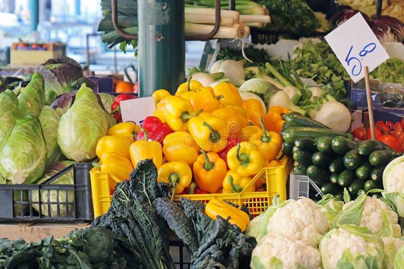 Свежие органические овощи на стойле рынка в Венеции стоковые изображения rf