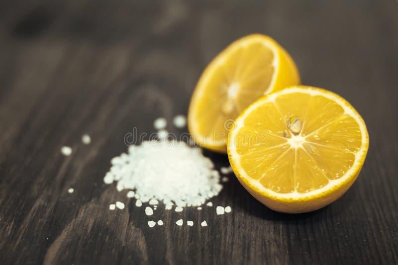 Свежие отрезанные известка, лимон и соль на деревянной таблице стоковое фото