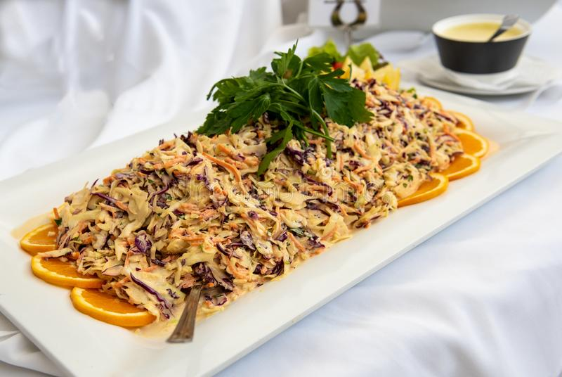 Свежие очень вкусные макарон и салат овощей на плите стоковое фото
